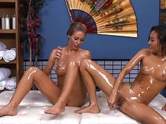 Лесбиянки кончили на эротическом массаже