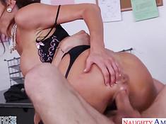 Женщина грубо играет с похотливым приятелем