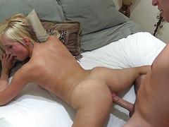 Молодец сладко имеет ранним утром блондинку