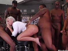 Девушка блондинка с черными мощно ебется