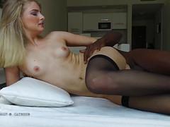 В кровати случился оргазм девушки от анала