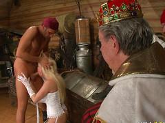 Пират натягивает на член сладкую блондинку