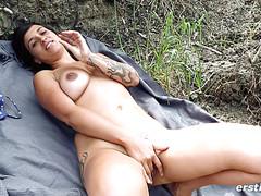 Милашка легла на плед на природе и подрочила