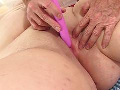 Мастер погладил во время массажа пизду