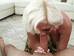 Блондинка нежно теребит ротиком сочный хуй