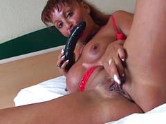 Женщина разминает черным самотыком вагину