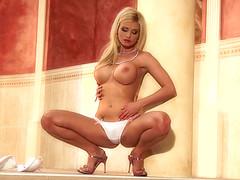 Блондинка мягко гладит упругие дойки