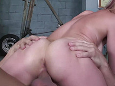 Голая устроила секс на полу с мускулистым другом