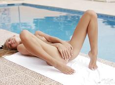 Милашка возле бассейна гладит свою писю