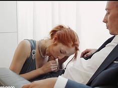 Бизнесмен долбится в отеле с двумя потаскухами