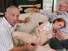 Старики получают минет от рыжеволосой соседки