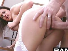 Девушка во время секса жарко кончила