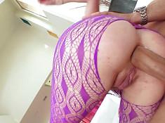 Блондинка принимает пенис из попки в рот