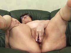 Старушка мастурбирует дилдо приятное влагалище