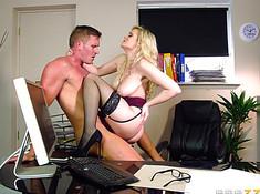 Начальник вызвал секретаршу к себе и мощно оттрахал