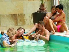 Негру пососали член девки и парни в бассейне