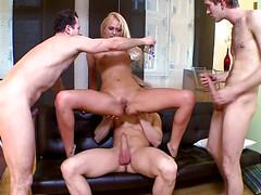 Блондинка охотно ласкает три обрезанных пениса