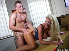 Блондинка соблазнила грудью крутого босса