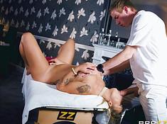 Опытная милфа приняла хуй во время массажа