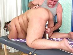 Седой любовник дрочит вибратором писю толстушки