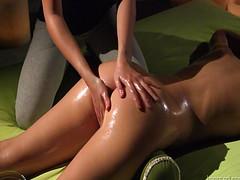 Брюнетка отлично получает эротический массаж