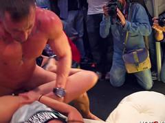 Девка трахается перед публикой с атлетом