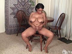 Толстая тетка голышом подрочила
