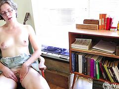 Молодая студентка мастурбирует и кончает