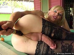 Зрелая женщина транс дрочит на веранде