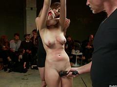 Девку связали и мастурбируют ее киску