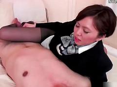 Игривая японка дрочит мужику пенис