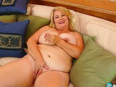 Толстая девушка с большими сиськами мастурбирует