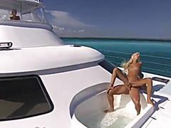 Горячие любовники ебутся на яхте
