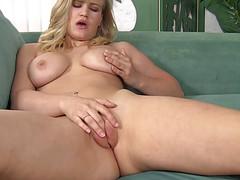 Блонда гладит свои набухшие половые губы