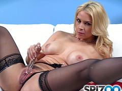 Соло возбужденной блондинки на диване
