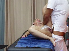 Страстный массажист оттрахал опытную милфу