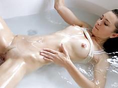 Горячая девушка потеребила письку в ванной