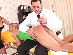 Доктор отшлепал пациенток прямо в кабинете