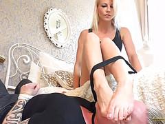 Баба заставляет мужа нюхать и лизать ее ножки