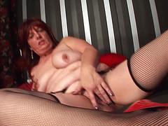 Женщина принимает в дырках черный самотык