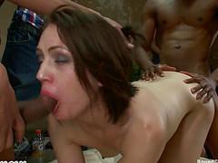 Милашке нравится секс с черными трахарями
