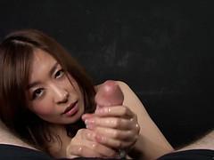 Азиатка приласкала руками крупный пенис