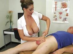 Брюнетка дрочит твердый хер пациента в кабинете