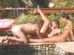 В загородном доме у бассейна случился секс нудистов