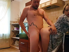 Сантехник ставит на кухне раком блондинку и чистит хуем ее трубу