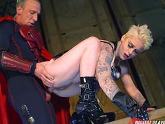 Мужик в костюме героя и напарница получили секс на съемках