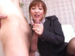 Кореянка вызвала в кабинет подчиненного и трется и сосет его пенис