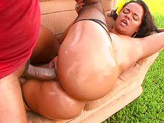 Кубинец устроил во дворе дома секс с бразильянкой