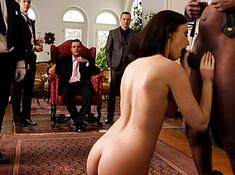 Телохранитель трахает официантку на глазах господина и его друзей