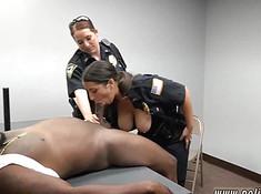 Полицейская сосет хер преступника перед напарницей